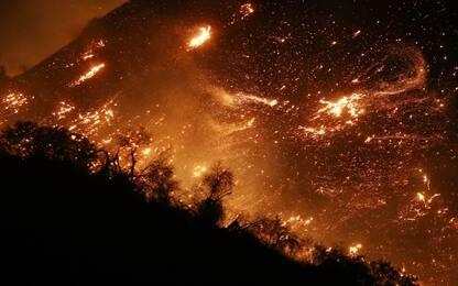 Incendi in California, fiamme arrivano a Los Angeles: evacuata Bel Air