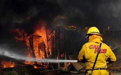 Brucia la California, forti venti alimentano incendi: 200mila evacuati
