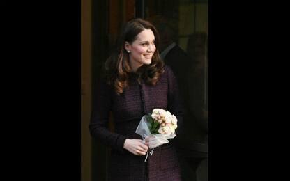 Kate Middleton mostra il pancino