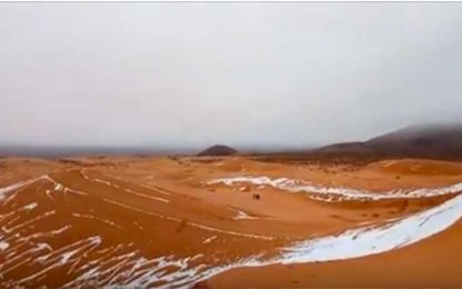 Nevica anche nel deserto del Sahara, le dune si colorano di bianco
