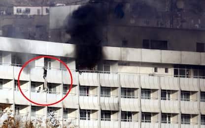Kabul, talebani rivendicano attacco a hotel degli stranieri. 18 morti