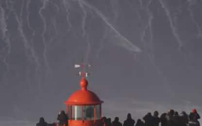Portogallo, Nazaré: surfista cavalca onda gigante