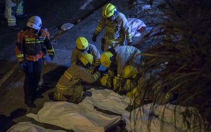 Hong Kong, si ribalta bus a due piani: almeno 19 morti