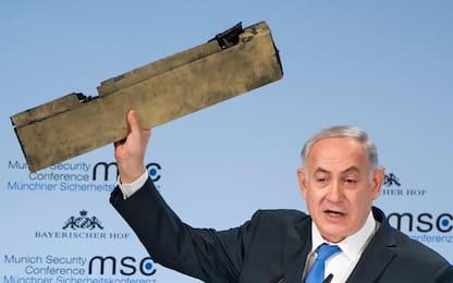 """Netanyahu mostra frammento di drone e attacca l'Iran: """"È vostro?"""""""