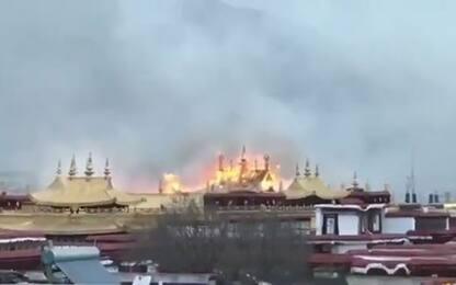 Tibet, incendio nel monastero buddista Jokhang a Lhasa