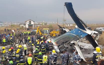 Nepal, aereo prende fuoco e si schianta a Kathmandu: decine di morti