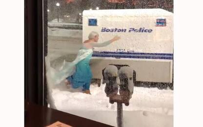 Boston, uomo vestito da Elsa di Frozen soccorre furgone polizia. Video
