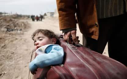 Siria, migliaia in fuga da Ghouta: foto diventa simbolo dell'esodo