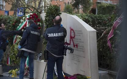 Nuovo sfregio al monumento di Moro: scritta Br su lapide in via Fani
