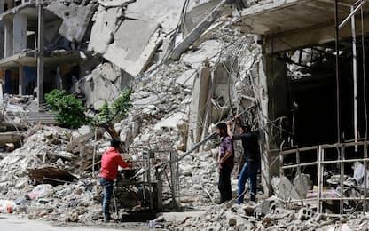 """Siria, fuga da Ghouta. Medico: """"5000 ricoveri in un solo giorno"""""""