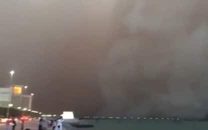 Tempesta di sabbia avanza sulla baia di Kuwait. VIDEO