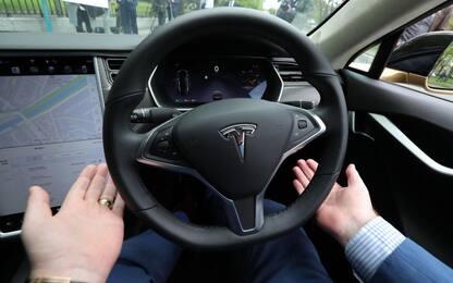 Usa: Tesla con pilota automatico si schianta a 90 km orari