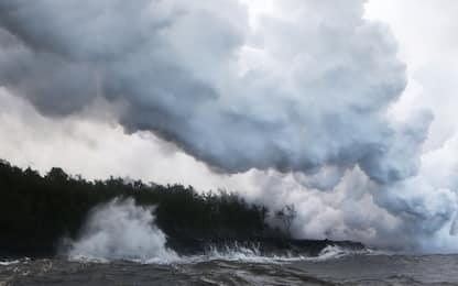 Hawaii, lava del vulcano Kilauea in mare: rischio nube tossica. VIDEO