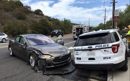California, Tesla con pilota automatico contro auto polizia in sosta