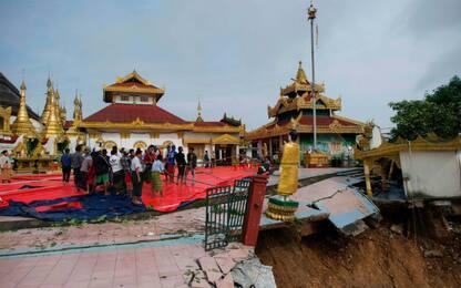 Birmania, frana sotterra una pagoda