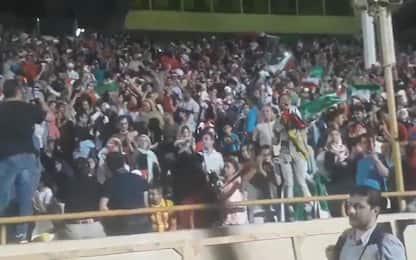 Iran, donne per la prima volta allo stadio: festa sugli spalti