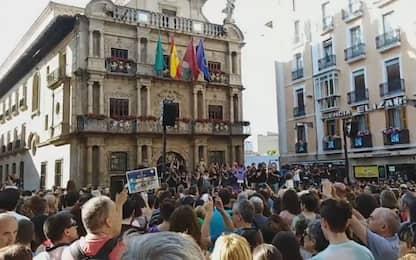 Spagna, libertà provvisoria per branco che stuprò 18enne: proteste