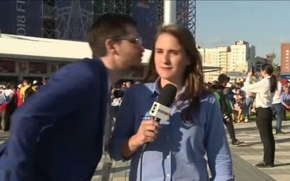 Mondiali, tifoso molesta giornalista in diretta: lei si infuria. VIDEO