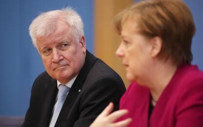 """Germania, crisi migranti spacca il governo. Seehofer: """"Mi dimetto"""""""