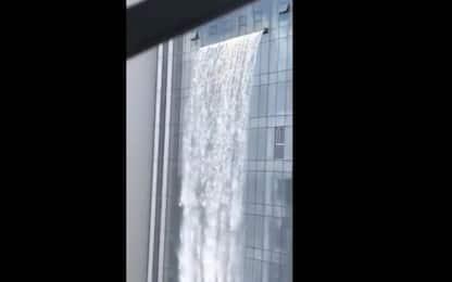 Cina, la cascata artificiale più alta al mondo sbuca da un grattacielo