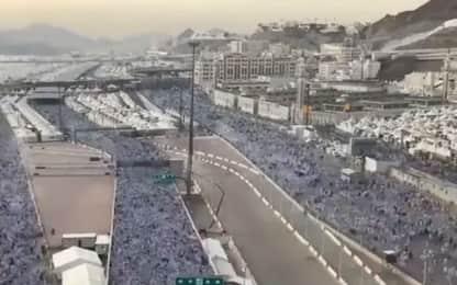 Pellegrinaggio alla Mecca, l'arrivo dei fedeli in timelapse. VIDEO