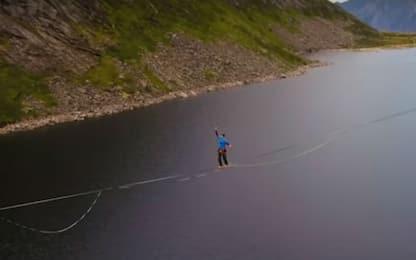 Norvegia, cammina per 2.500 metri su una fune sospesa sul lago. VIDEO