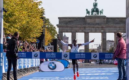 Maratona, Eliud Kipchoge fa il nuovo record mondiale
