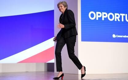 "Theresa May balla ""Dancing queen"": sul palco a ritmo degli Abba. VIDEO"