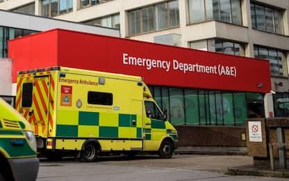 Regno Unito, a 4 anni chiama l'ambulanza e salva la vita alla mamma
