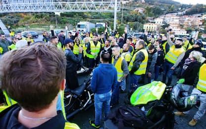 Gilet gialli bloccano per ore la frontiera a Ventimiglia