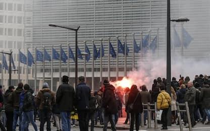 Scontri a Bruxelles tra manifestanti pro e contro i migranti