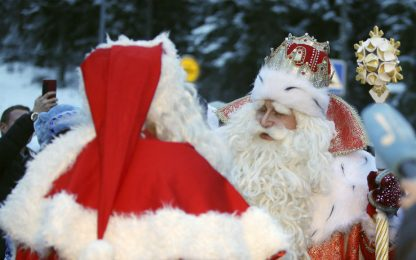 Finlandia, l'incontro fra Babbo Natale e Nonno Gelo