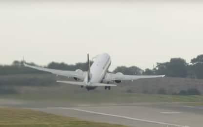 Birmingham, il decollo dell'aereo è da brividi per le folate di vento