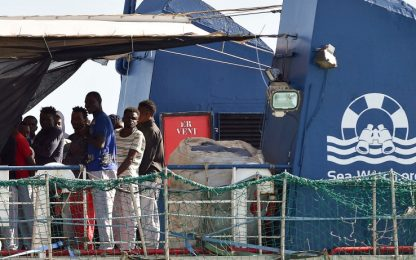 "Migranti, Papa: ""Porte Chiesa aperte"". Salvini: no a sbarco Sea Watch"