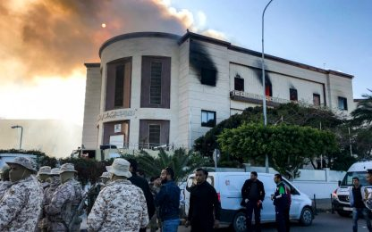 Libia, attacco kamikaze al ministero degli Esteri a Tripoli: 8 morti