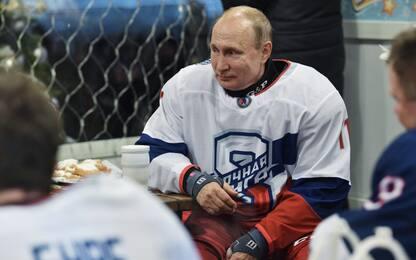 Putin gioca a hockey sul ghiaccio nella Piazza Rossa. FOTO