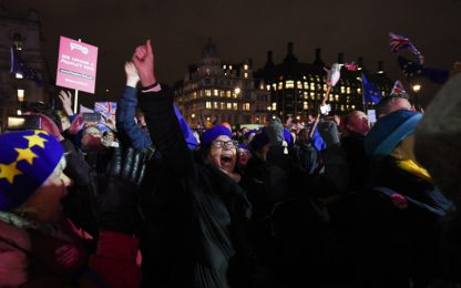 Brexit, parlamento boccia l'accordo di May. La folla esulta in piazza