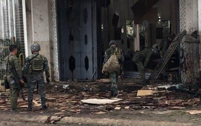 Filippine, bombe davanti a una cattedrale: 20 morti. Isis rivendica
