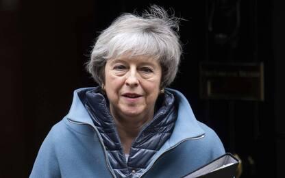 """Brexit, May chiede tempo al parlamento. Corbyn: """"È un ricatto"""""""