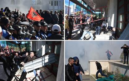 Albania, opposizione in piazza: assaltata la sede del governo a Tirana