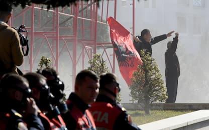 Albania, opposizione chiede elezioni. Assaltata sede governo