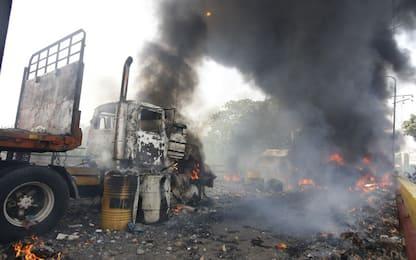 Venezuela, la polizia incendia camion di aiuti umanitari