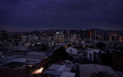 Venezuela, blackout di oltre 19 ore. In alcune zone torna la corrente