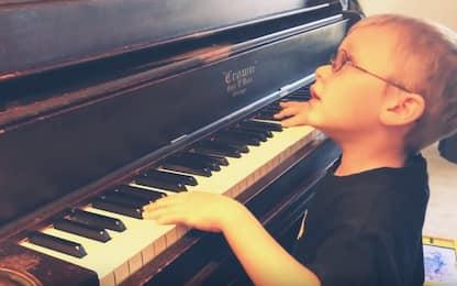 Bimbo cieco di 6 anni suona Bohemian Rhapsody al piano. Il video
