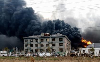 Cina, le fiamme avvolgono l'impianto chimico esploso
