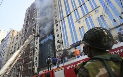 Bangladesh, incendio in un grattacielo a Dacca: almeno 16 morti