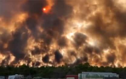 Maxi incendio in New Jersey, il cielo sembra una palla di fuoco. VIDEO