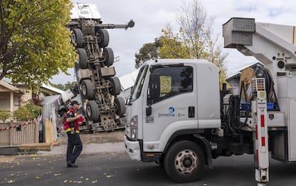 Australia, autogrù si ribalta su due case a Melbourne. FOTO