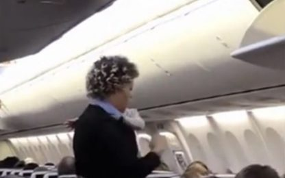 La bambina piange in aereo, la hostess la calma. VIDEO