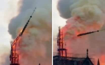 Incendio Notre Dame a Parigi, l'istante in cui crolla la guglia. VIDEO
